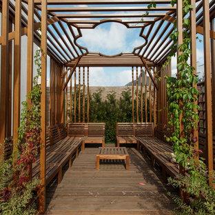 Удачное сочетание для дизайна помещения: дворик в классическом стиле с настилом и вертикальным озеленением - самое интересное для вас