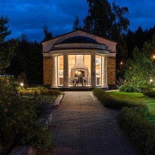 На фото: двор среднего размера в классическом стиле