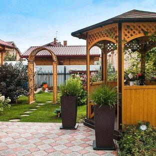 Идея дизайна: беседка во дворе частного дома в классическом стиле