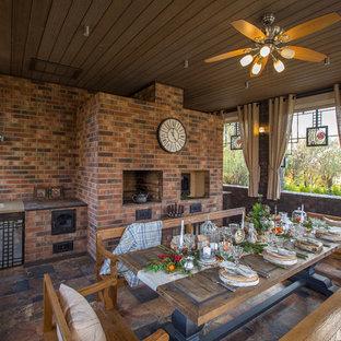 Пример оригинального дизайна: двор в стиле лофт с летней кухней