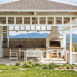 Пример оригинального дизайна: беседка во дворе частного дома на заднем дворе в стиле кантри с летней кухней и покрытием из каменной брусчатки
