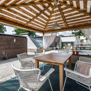 Новые идеи обустройства дома: большой дворик в современном стиле с дорожками из клинкерной брусчатки