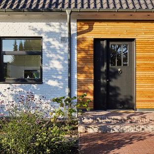 Mediterrane Haustür mit brauner Wandfarbe, Einzeltür und schwarzer Tür in Düsseldorf