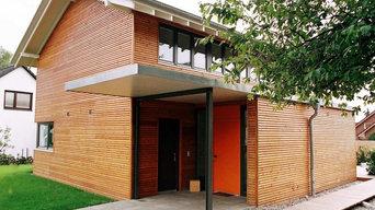 Bau von verschiedenen Holzhäusern mit Holzfassade