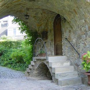 Mittelgroße Urige Haustür mit bunten Wänden, Granitboden, Einzeltür, grauem Boden und brauner Tür in Köln