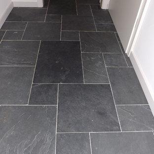 Imagen de distribuidor romántico con suelo de pizarra y suelo negro
