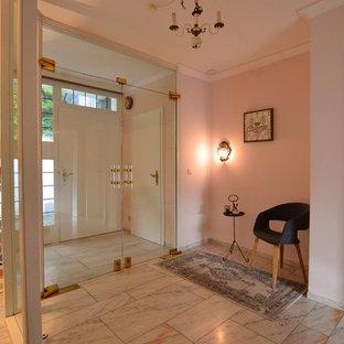 ブレーメンの中くらいの片開きドアトラディショナルスタイルのおしゃれな玄関ロビー (ピンクの壁、大理石の床、白いドア、白い床) の写真