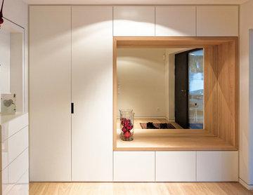 Eingangsbereich mit kombiniertem Garderoben / Sitzmöbel