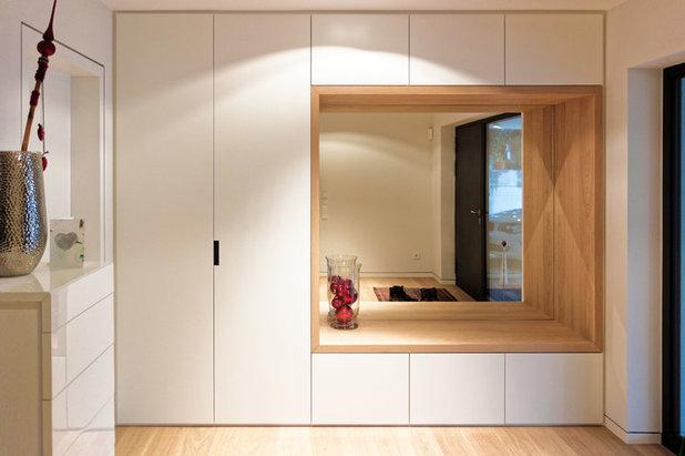 Modern Eingang by Kleebach Schmitt Bergmann Architekten