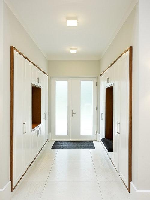 Mittelgroßer Moderner Eingang Mit Stauraum, Weißer Wandfarbe, Doppeltür,  Glastür, Betonboden Und Weißem