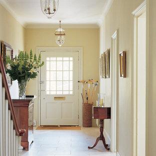 Mittelgroße Landhausstil Haustür mit Einzeltür, weißer Tür und gelber Wandfarbe in Sonstige
