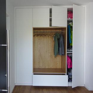 Idéer för ett litet modernt kapprum, med vita väggar och ljust trägolv