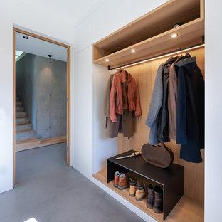 Imagen de entrada madera, nórdica, con suelo de cemento, suelo gris, paredes blancas y madera