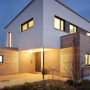 Kleine Moderne Haustür mit Einzeltür, schwarzer Tür und grauem Boden in München