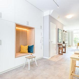 Exemple d'un hall d'entrée tendance de taille moyenne avec un mur violet, une porte simple, une porte blanche et un sol beige.