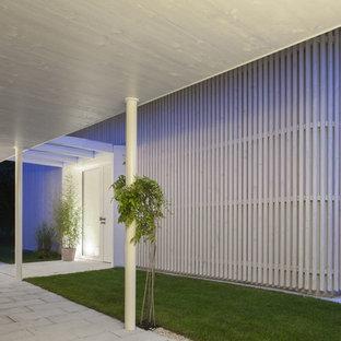 Mittelgroße Moderne Haustür Mit Weißer Tür, Weißer Wandfarbe, Einzeltür Und  Betonboden In München