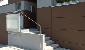 Hauseingang mit Treppe aus Sichtbeton