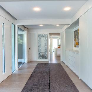 Großer Moderner Eingang mit weißer Wandfarbe, Keramikboden und beigem Boden in Sonstige