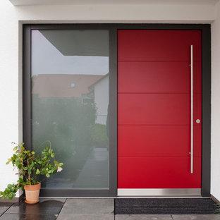 Moderne Haustür mit weißer Wandfarbe, Einzeltür, roter Tür und Betonboden in Stuttgart