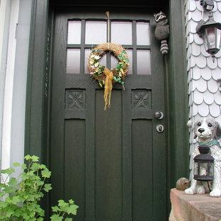 Ejemplo de entrada de estilo de casa de campo con paredes grises, suelo de madera pintada, puerta simple, puerta verde y suelo rosa