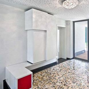 Mittelgroßer Moderner Eingang mit Stauraum, weißer Wandfarbe, Terrazzo-Boden und Glastür in Dortmund