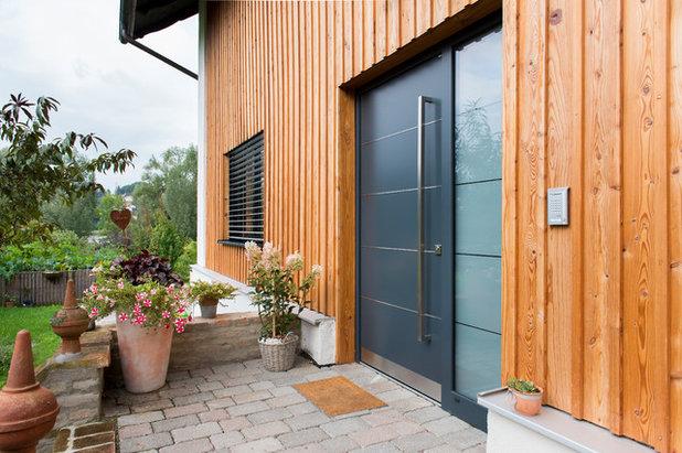 Rustikal Eingang by BAYERWALD - Fenster Haustüren GmbH