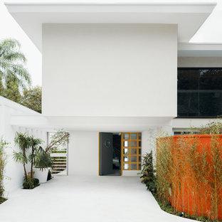 Mittelgroße Asiatische Haustür mit weißer Wandfarbe, Betonboden, Einzeltür, weißem Boden und grauer Tür in Berlin