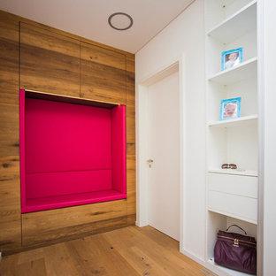 Mittelgroßer Moderner Eingang mit Stauraum, weißer Wandfarbe, braunem Holzboden und braunem Boden in Nürnberg