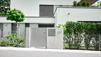 Moderner Eingangsbereich mit Sichtbeton