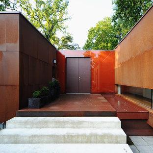 Свежая идея для дизайна: большая входная дверь в современном стиле с красными стенами, двустворчатой входной дверью и красной входной дверью - отличное фото интерьера