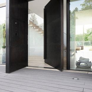 Geräumige Moderne Haustür mit Einzeltür, schwarzer Tür und gebeiztem Holzboden in München
