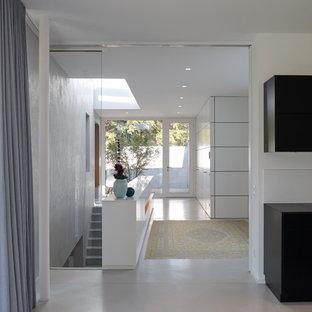Esempio di un grande ingresso con vestibolo minimal con pareti bianche, una porta singola, pavimento bianco e pavimento alla veneziana