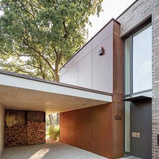 Foto di un ingresso o corridoio minimal di medie dimensioni con pareti marroni e pavimento grigio