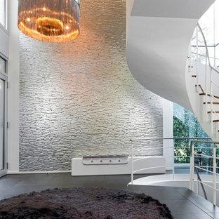 Großer Moderner Eingang mit Foyer, weißer Wandfarbe, Keramikboden und grauem Boden in Berlin
