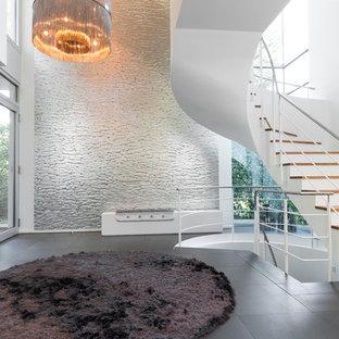 Großer Moderner Eingang mit Foyer, weißer Wandfarbe, Porzellan-Bodenfliesen und schwarzem Boden in Köln