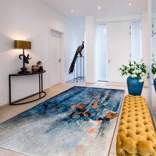 Geräumiger Moderner Eingang mit Vestibül, weißer Wandfarbe, Keramikboden, Einzeltür, weißer Tür und beigem Boden in Sonstige