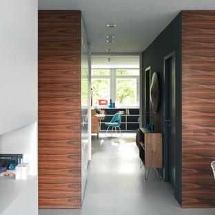 Idee per un corridoio minimalista di medie dimensioni con pavimento in linoleum, pavimento bianco, pareti blu, una porta scorrevole e una porta in legno scuro