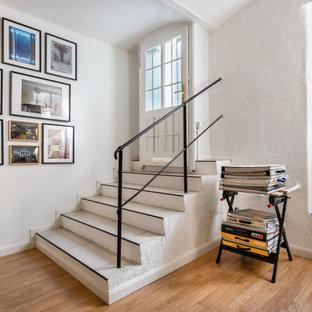 Inspiration för en liten eklektisk foajé, med vita väggar, en enkeldörr, en vit dörr och vitt golv