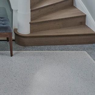 フランクフルトの小さい片開きドアヴィクトリアン調のおしゃれな玄関ロビー (白い壁、テラゾの床、茶色いドア、ベージュの床) の写真