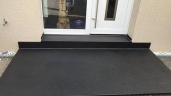 Terasse mit einer schwebende Podestplatte  aus Granit  Nero assoluto
