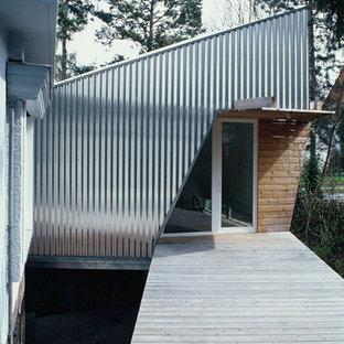 Inspiration för små moderna ingångspartier, med en enkeldörr, glasdörr och ljust trägolv