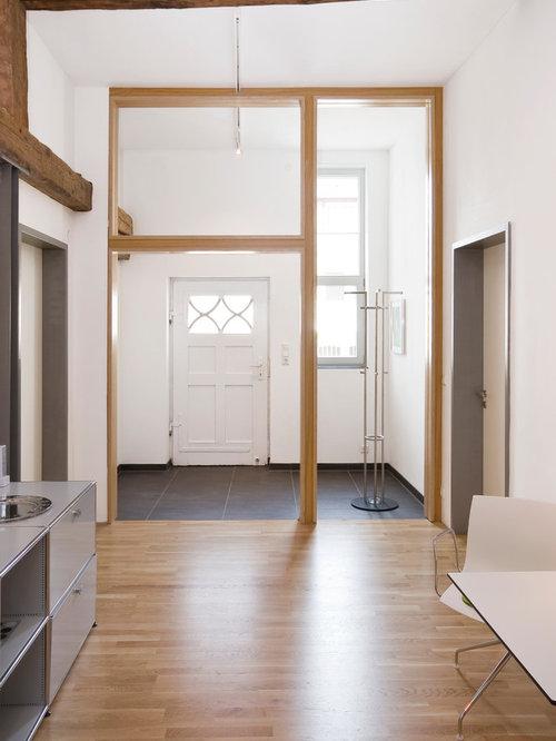 Moderner eingang mit braunem holzboden: hauseingang ...