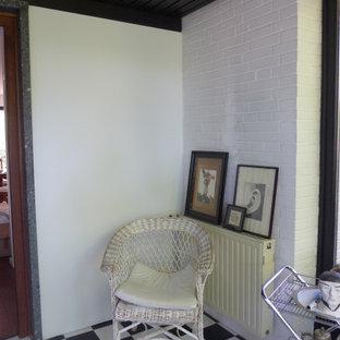 ハンブルクの小さいエクレクティックスタイルのおしゃれな玄関ロビー (白い壁、磁器タイルの床、マルチカラーの床、板張り天井、レンガ壁) の写真