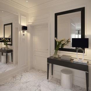 Mittelgroßer Klassischer Eingang mit Marmorboden, Foyer, weißer Wandfarbe, Einzeltür, weißer Tür und weißem Boden in Berlin