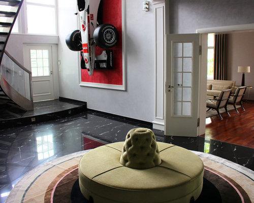 Großer Eklektischer Eingang Mit Foyer, Weißer Wandfarbe, Marmorboden,  Einzeltür, Weißer Tür Und