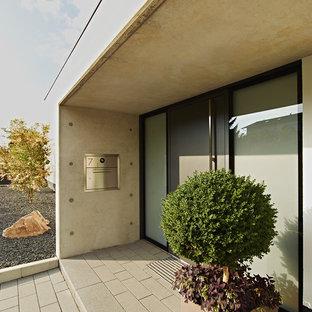 Inredning av en modern entré, med en enkeldörr, en grå dörr och grå väggar