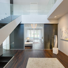 Contemporary Hall by BERLINRODEO interior concepts
