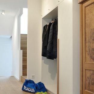 Ispirazione per un ingresso con anticamera minimal con pareti bianche e parquet chiaro