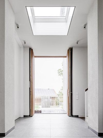 Modern Eingang by CAMA A