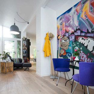 Mittelgroßer Eklektischer Eingang mit Korridor, weißer Wandfarbe, hellem Holzboden und beigem Boden in Sonstige